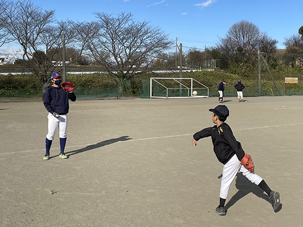 選手とキャッチボールのイメージ写真